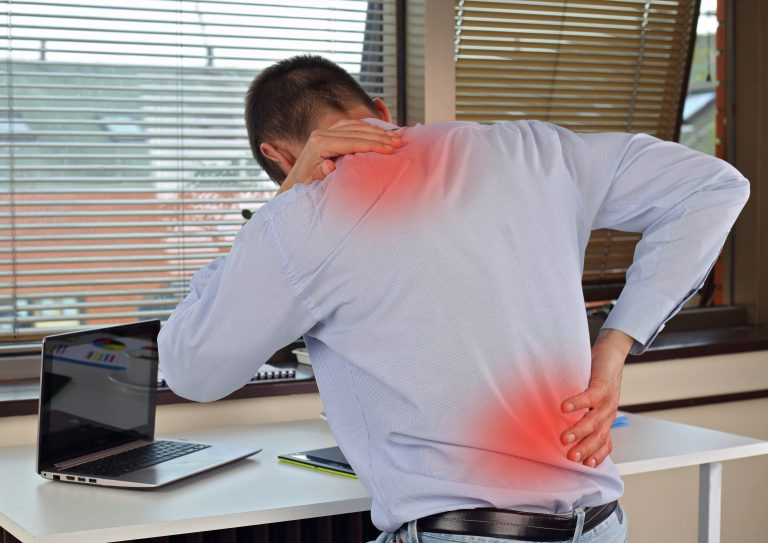 stoelmassage op locatie rek en strekoefeningen ontlast belaste spieren week van de werkstress