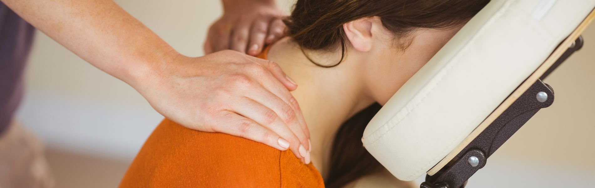 Stoelmassage op locatie | Chair massage corporate and event also English spoken Maureen Kessing 070 73 70 261