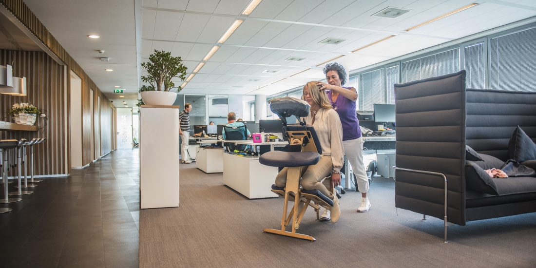 Stoelmassage op locatie | Chair massage corporate and event also English spoken